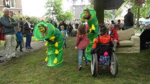 Rups op festival in contact met kinderen www.neusvoorcontact.nl