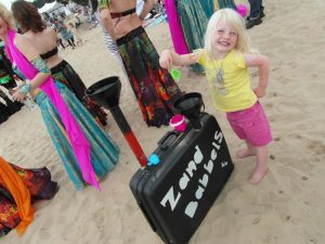 ZandBabbels heeft een speciale koffer mee.