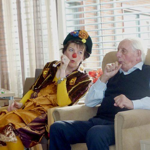 miMakker Bakkie maakt contact met man op afdeling voor dementie www.neusvoorcontact.nl