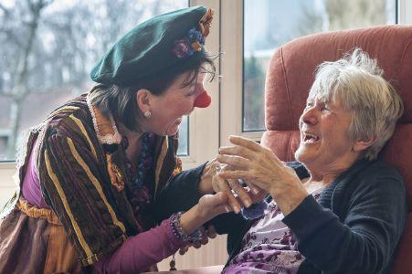 miMakker Bakkie contact met vrouw op afdeling voor dementie www.neusvoorcontact.nl