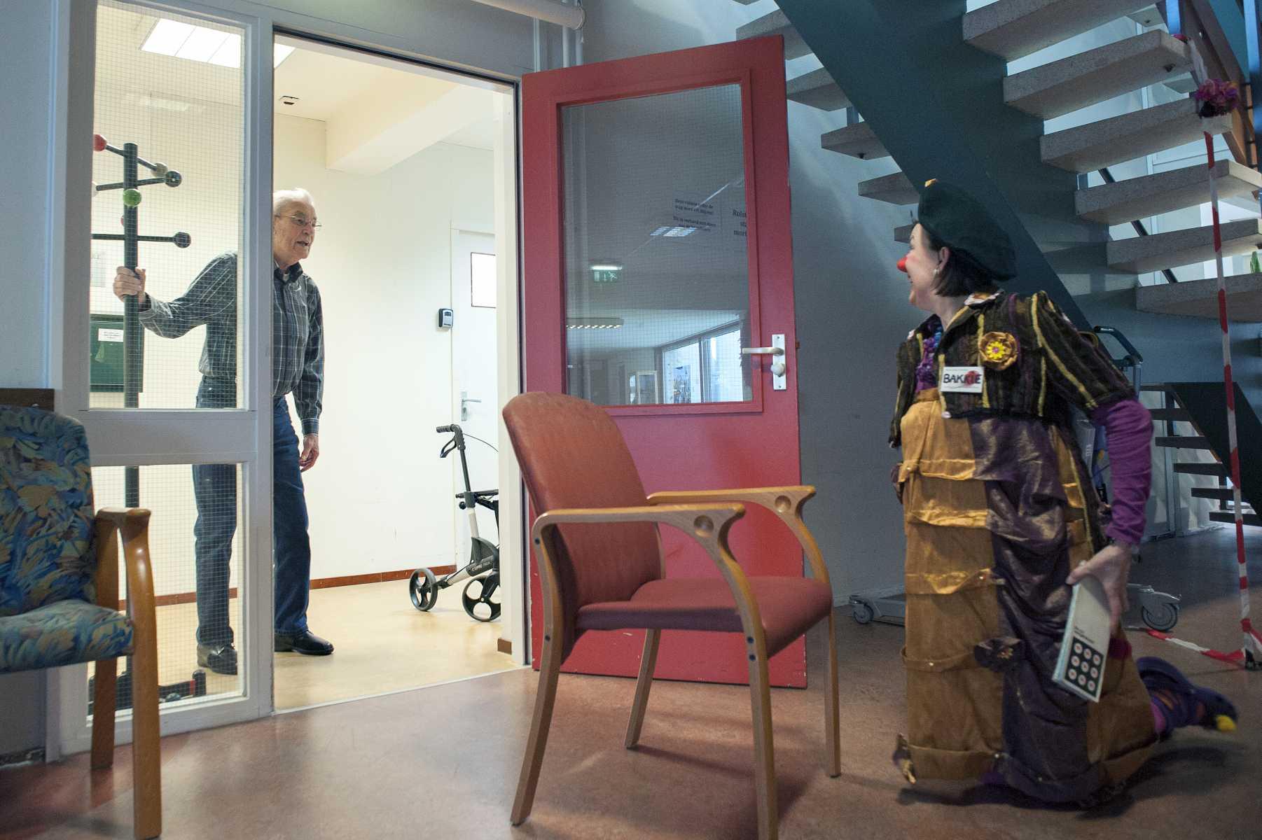 mimakker Bakkie ontmoet man in gang www.neusvoorcontact.nl