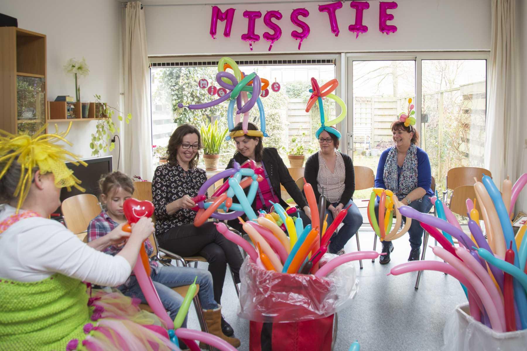 Gluren bij de buren in Leusden Miss Tie presentatie Myra Steens